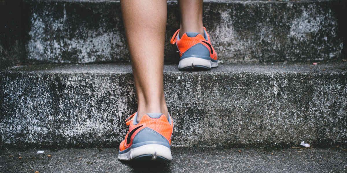 Siarczan glukozaminy jest jednym z najczęściej stosowanych suplementów na ból kolan