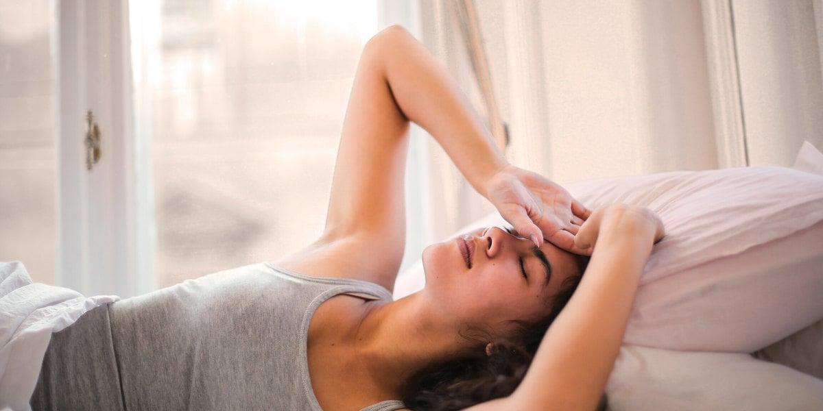 leżąca kobieta z bólem głowy