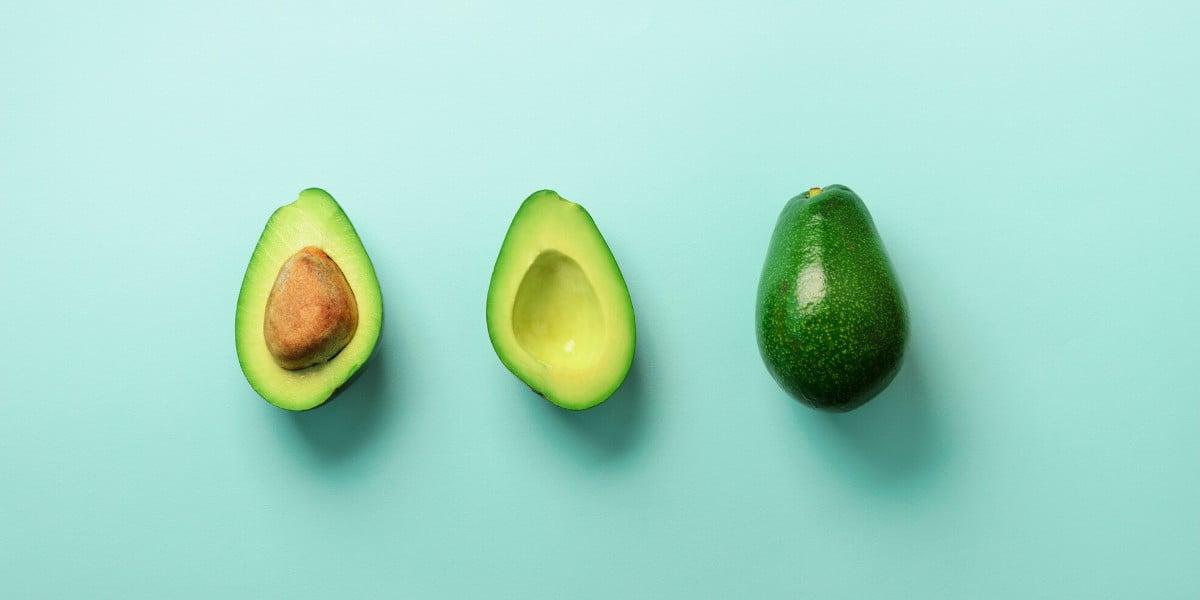 awokado jest bogate w zdrowe tłuszcze, które znajdują się na pierwszym szczeblu keto piramidy żywienia