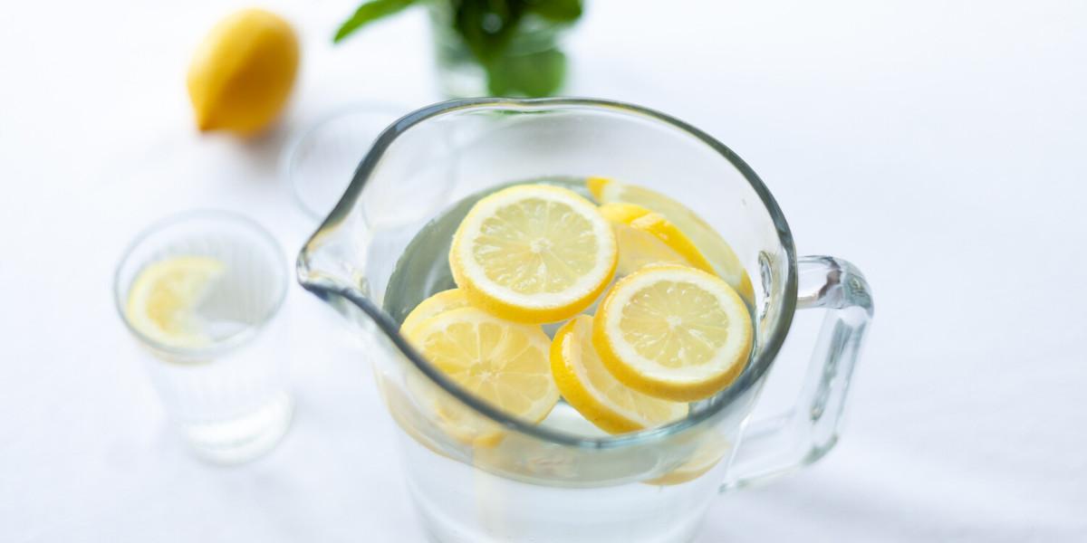 woda z odrobiną cytryny jest doskonałym napojem na keto diecie