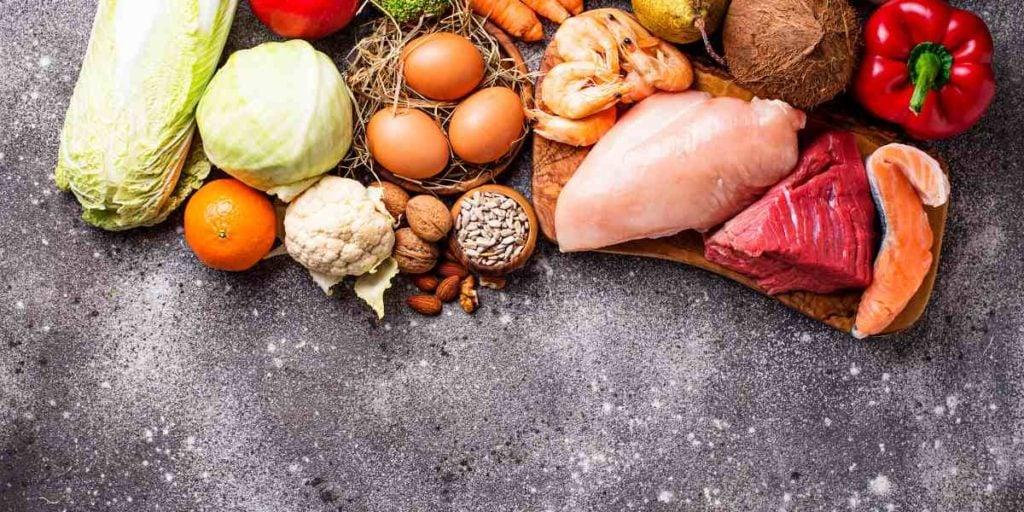 paleo vs keto największą różnicą jest fakt, że na diecie paleo można spożywać węglowodany takie jak owoce